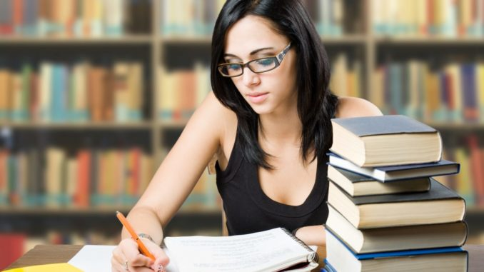 современная женщина занимается своим самообразованием